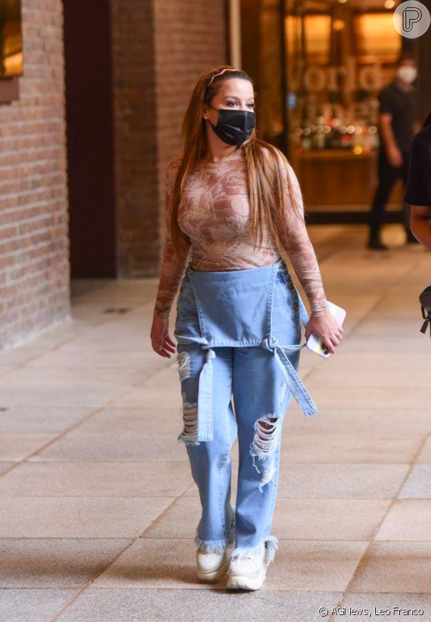 Maiara usou macacão jeans em look para passeio com amigas