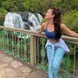 Larissa Manoela visitou uma cachoeira e fez várias fotos no local