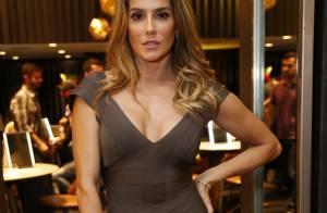 Deborah Secco usa vestido decotado em lançamento de coleção de joias, no Rio