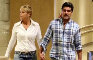 Xuxa e Junno Andrade vão ao cinema e andam de mãos dadas em shopping no RJ