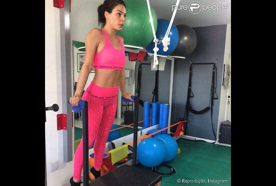 Isis Valverde alterna o treino funcional com o pilates para manter a boa forma