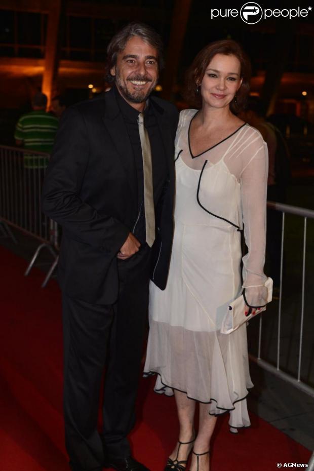 Julia Lemmertz e o marido, Alexandre Borges, chegam juntos ao Prêmio Extra de Televisão, em novembro de 2012