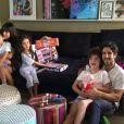 Marcos Mion ao lado da mulher, Suzana Gallo, e dos filhos Romeo, Donatella e Stefano