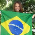 Bruna Marquezine posou com a bandeira nacional nos bastidores do programa 'Mais Você', em 11 de junho, e falou da expectativa para ver a estreia do então namorado, Neymar, no Mundial: 'Vou torcer muito. Fico nervosa e acho que todo mundo vai ficar, né?'