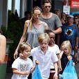 Filhos de Brad Pitt não só acompanharam o casal na entrada da capela, como fizeram participação especial