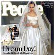 Angelina Jolie foi capa da revista 'People' do mês de setembro. A estrela posou com o vestido usado em sua cerimônia com Brad Pitt. O véu ganhou destaque por ser decorado pelos seus seis filhos