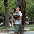 Mateus carrega a filha, Flora, de 2 anos, no colo