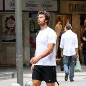Gabriel Braga Nunes, depois de gravações na Bahia, caminha pela zona sul do Rio