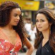 Morena (Nanda Costa) conta para Sheila (Lucy Ramos) que foi traficada, em 'Salve Jorge'