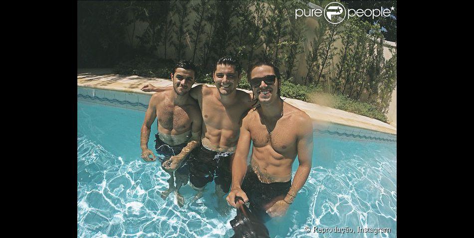 Rodrigo Simas, Bruno Gissoni e Felipe Simas mostram corpos musculosos em dia de piscina durante o Natal, nesta quinta-feira, 25 de dezembro de 2014