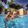 Bruno Gissoni brinca com o sobrinho, Joaquim, na piscina. O menino é filho de seu irmão, Felipe Simas
