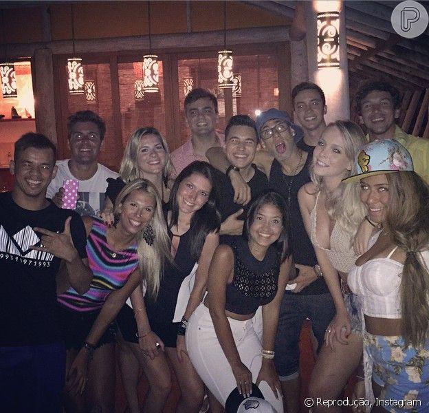 Neymar curte festa com amigos em Trancoso, na Bahia, onde vai passar o Réveillon, em 29 de dezembro de 2014