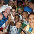Viviane Araújo, a Naná de 'Império', se juntou a um grupo de amigos e passou a noite da virada se divertindo muito e fazendo selfies em uma festa