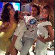 Juliana Paes deu as boas-vindas a 2015 de amarelo em uma festa com a família e amigos, na companhia das irmãs Mariana e Rosana, do amigo David Brazil e ao som de Ivete Sangalo no telão