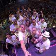 Preta Gil curtiu a virada do ano no palco! A cantora se apresentou com o Bloco da Preta em Duque de Caxias, baixada do Rio de Janeiro, e fez a primeira selfie do ano de 2015 com os seus músicos ainda no palco