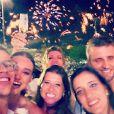 José Loreto e Débora Nascimento passaram o Réveillon no Copacabana Palace e posaram com amigos na hora dos fogos. 'Foto de réveillon tem que ser ruim msm... Feliz 2015!!!'
