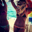 Giovanna Ewbank entrou no clima do verão e exibiu o seu biquíni neón durante um passeio de barco