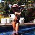 Isis Valverde mostra o corpão na piscina de casa em um dia de folga das gravações de 'Boogie Oogie'. Que tal o modelito da atriz?