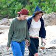 Kristen Stewart foi flagrada andando de mãos dadas com Alicia Cargile após a virada do ano, no Havaí