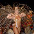 Esbanjando boa forma em um maiô cavado que tinha nuances de banco, dourado e vermelho, Viviane Araújo colocou para quebrar no Carnaval do Salgueiro, em 2010