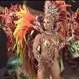Mas ela também desfila pela escola de samba paulista Mancha Verde. Olha ela lá, com uma fantasia degradê em vermelho, laranja e amarelo em 2007
