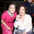 Regina Duarte posou ao lado de Rosamaria Murtinho, que está andando de cadeira de rodas após romper os ligamentos do tornozelo