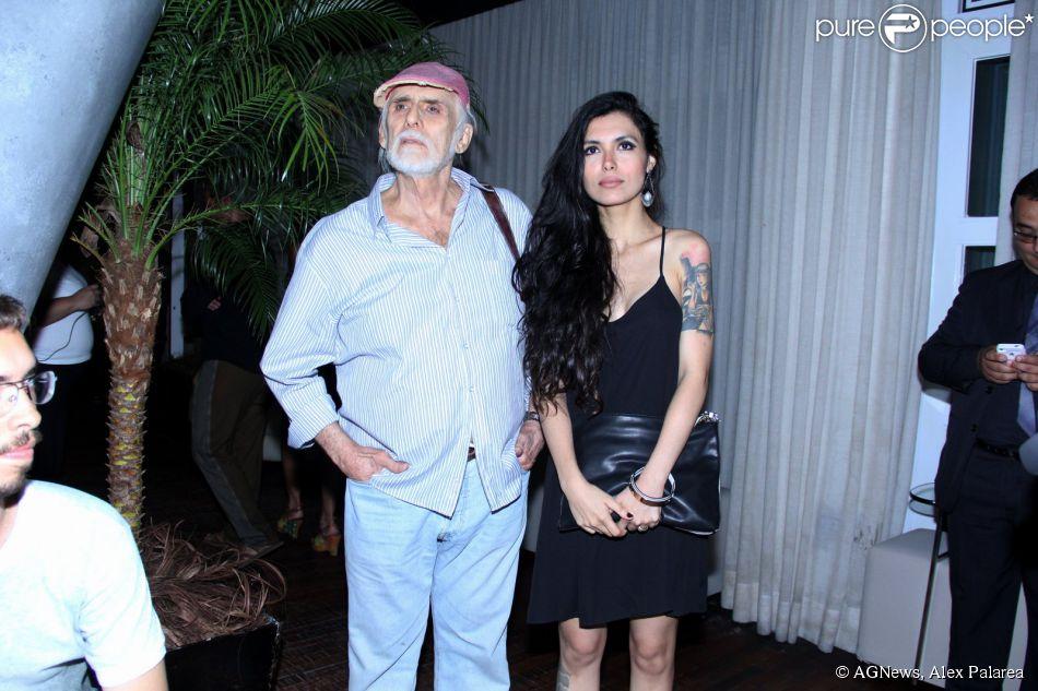 Francisco Cuoco chegou com a namorada, a estilista Thaís Almeida, 53 anos mais jovem que ele, à festa de lançamento do programa 'Grandes Atores', que será exibido pelo canal 'Viva'