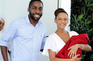 Taís Araújo e Lázaro Ramos deixam maternidade com a filha recém-nascida no colo