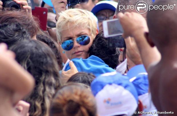 Xuxa participa da passeata Mundo Azul, pela Conscientização do Autismo, no Leblon, na Zona Sul do Rio de Janeiro, em 7 de abril de 2013