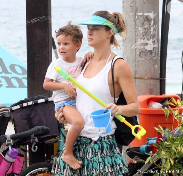 Leticia Birkheuer curte praia do Rio com o filho, João Guilherme, neste domingo, 1º fevereiro de 2015