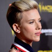 Scarlett Johansson prestigia evento com Chris Hemsworth e exibe corte moicano