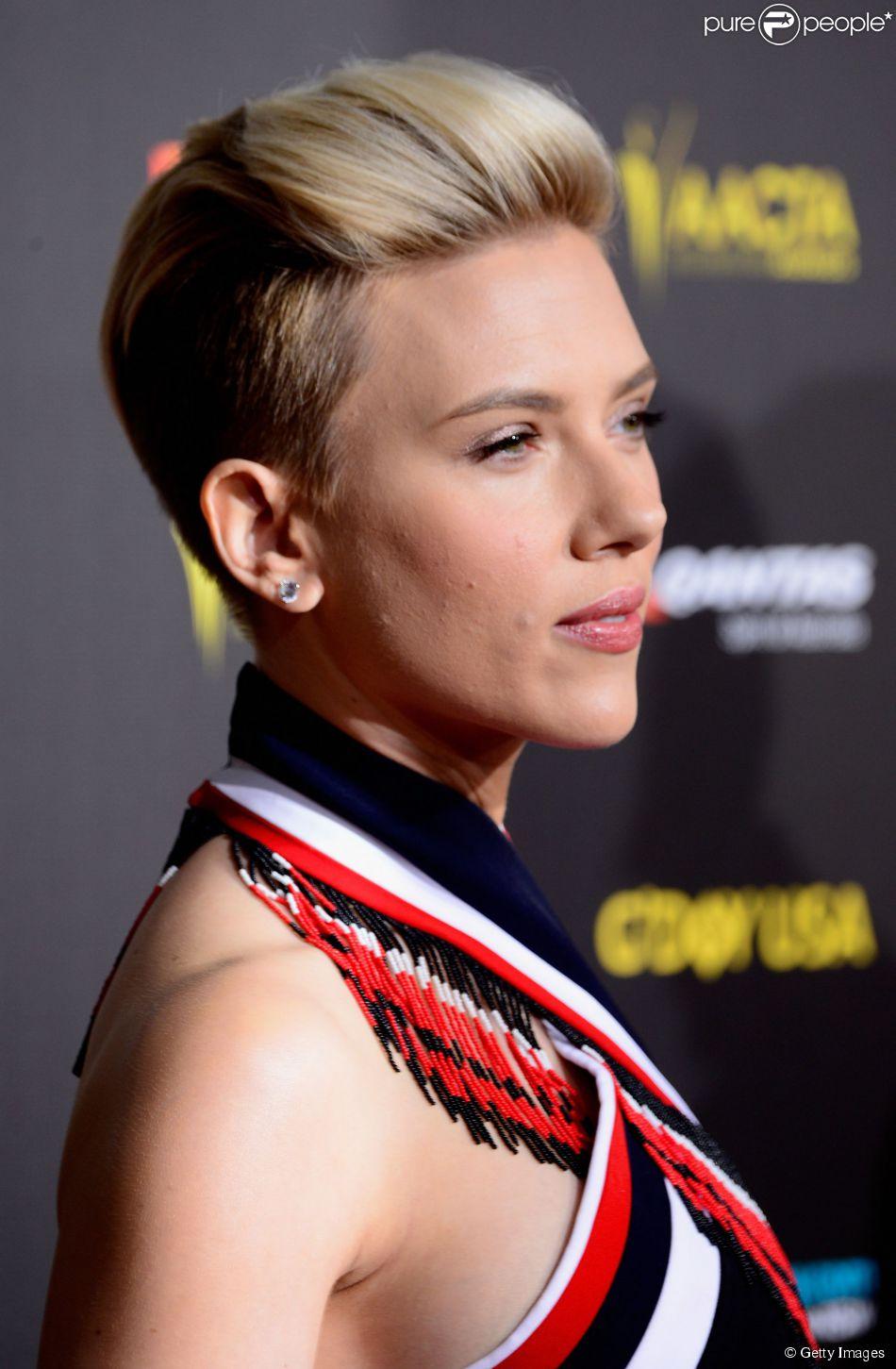 Scarlett Johansson muda o visual o adere ao visual moicano, em 31 de janeiro de 2015