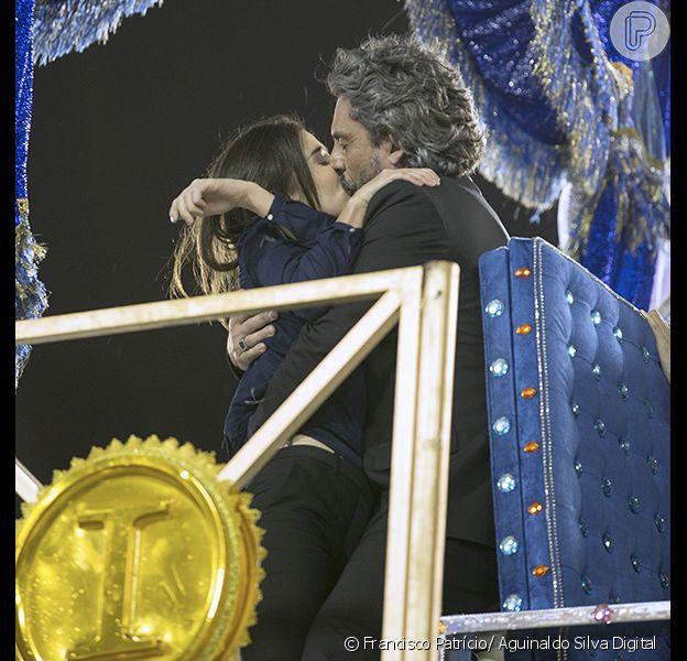 'Império': após ser baleado em desfile de Carnaval, Cora pede beijo a José Alfredo
