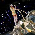 Katy Perry começou sua performance em cima de um enorme tigre metalizado, no show de intervalo do Super Bowl 2015