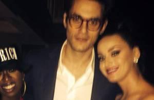 Katy Perry aparece ao lado de John Mayer após apresentação no Super Bowl 2015