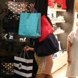 Juliana Paes deixa escapar barriga de grávida em passeio em um shopping do Rio