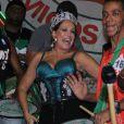 Susana Vieira samba com os ritmistas da Grande Rio