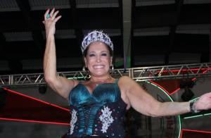 Susana Vieira samba no meio do público em ensaio da Grande Rio para o Carnaval