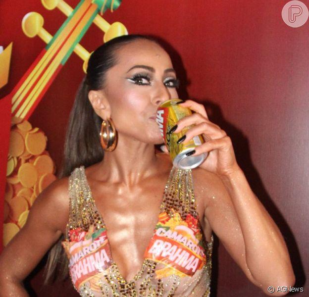 Sabrina Sato bebe cerveja antes de desfile, mas diz: 'Sem álcool e sem calorias'