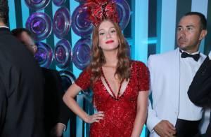Marina Ruy Barbosa rouba a cena com look vermelho decotado no Baile do Copa 2015