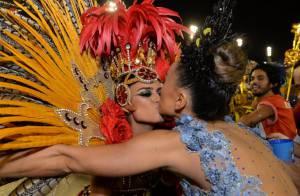 Thaila Ayala ganha selinho de Sabrina Sato durante desfile da Grande Rio