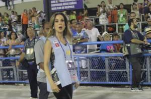 Ana Furtado atravessa a Sapucaí durante desfile da São Clemente