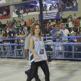 Ana Furtado atravessa a Passarela do Samba com um look brilhoso e colete de trabalho