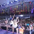 Anitta se apresenta com look sexy em show no Rio