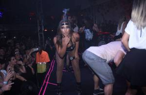 Anitta é apalpada em cima do palco por fãs durante show com Ludmilla no Rio