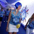De peruca azul, Luana Piovani chama atenção ao chegar toda produzida para assistir ao desfile das campeãs, no Rio