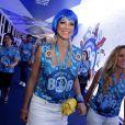 De peruca azul, Luana Piovani aparece em camarote no Rio com amigas