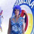 De peruca azul, Luana Piovani confere desfile das campeãs, no Rio
