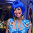 De peruca azul, Luana Piovani confere desfile das campeãs, no Rio, na noite deste sábado, 21 de fevereiro de 2015