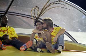 Gaby Amarantos ganha beijo do namorado, o inglês Gareth Jones, na Sapucaí